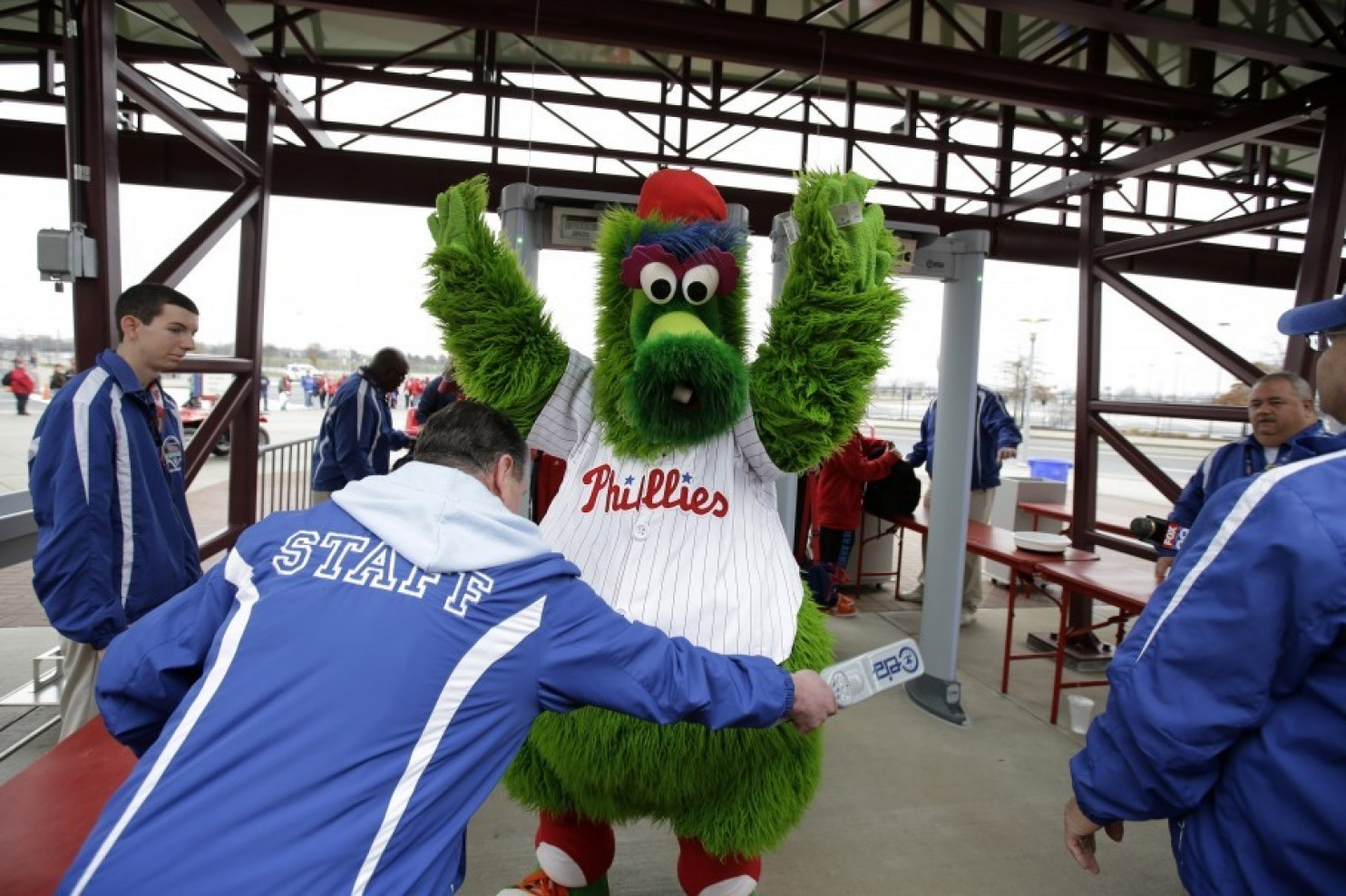 Phillies fan injured after being shot by Phillie Phanatic's hot dog cannon